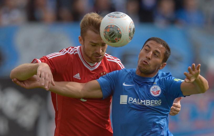 Jan Kirchhoff z Bayernu (z lewej) walczy o piłkę z Halilem Savranem /AFP