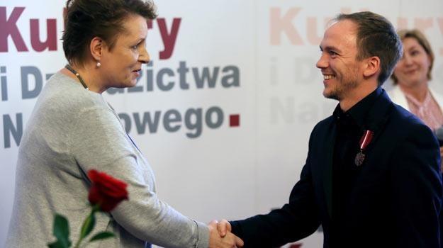 Jan Komasa przyjmuje gratulacje od minister Małgorzaty Omilanowskiej - fot. Tomasz Gzell /PAP