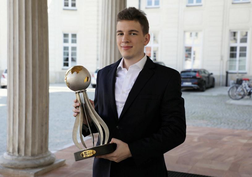Jan-Krzysztof Duda z Pucharem Świata /Jakub Kaminski/East News /East News