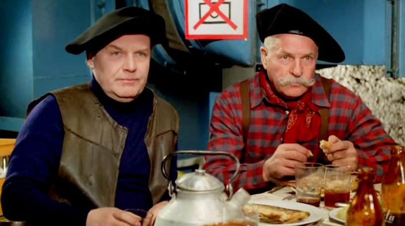 """Jan Machulski i Leonard Pietraszak zagrali w komedii """"Kingsajz"""" Kwintka i Kramerkę - było to oczywiste nawiązanie do filmu """"Vabank"""" (screen z Youtube) /materiały prasowe"""