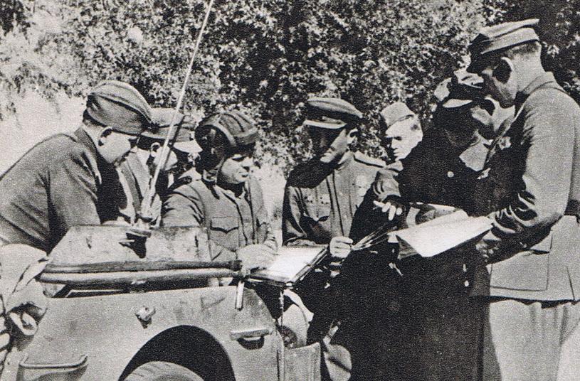 Jan Mierzycan oraz inni członkowie sztabu brygady na przyczółku warecko-magnuszewskim /domena publiczna