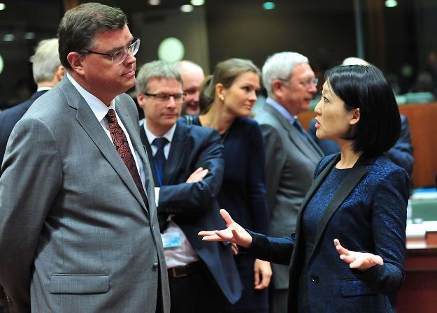 Jan Mladek (L), minister przemysłu Czech /AFP
