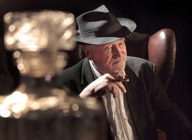 Jan Nowicki wystąpił w teledysku grupy Hasiok w roli bankiera /