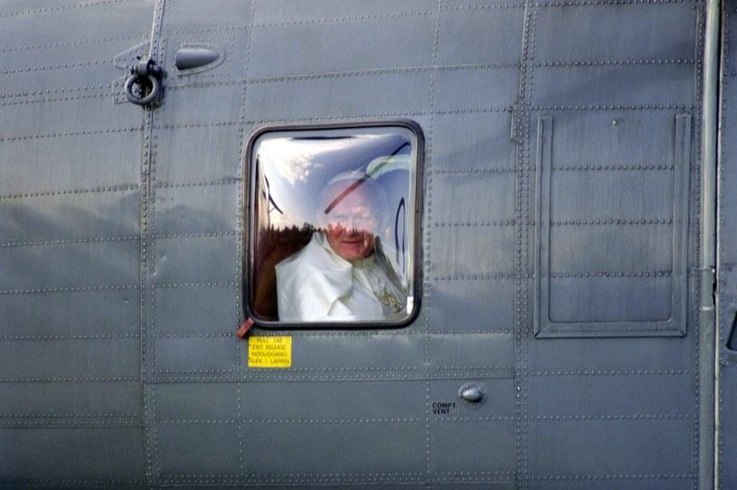 Jan Paweł II często rozmawiał z dziennikarzami na pokładzie samolotu /AFP