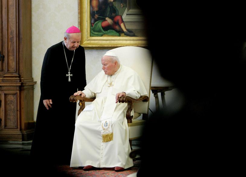 Jan Paweł II i jego sekretarz Stanisław Dziwisz /PAOLO COCCO/ AFP /AFP