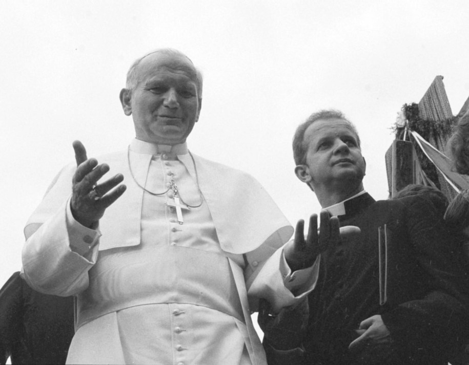 Jan Paweł II i ks. Stanisław Dziwisz na zdj. z 1979 roku /Teodor Walczak /PAP