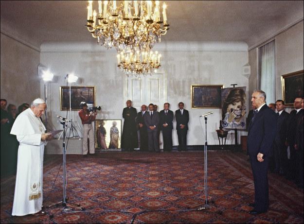 Jan Paweł II podczas spotkania z Edwardem Gierkiem /ARCHIVE /AFP
