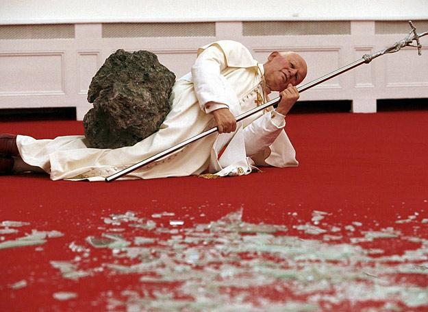 """Jan Paweł II przygnieciony meteorytem - rzeźba """"Apokalipsa"""" autorstwa Maurizio Cattelana /East News"""