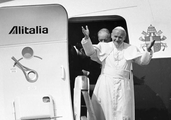 02.06.1979, Warszawa, lotnisko Okęcie, Jan Pawel II w drzwiach samolotu Alitalia za nim kardynał Stefan Wyszyński
