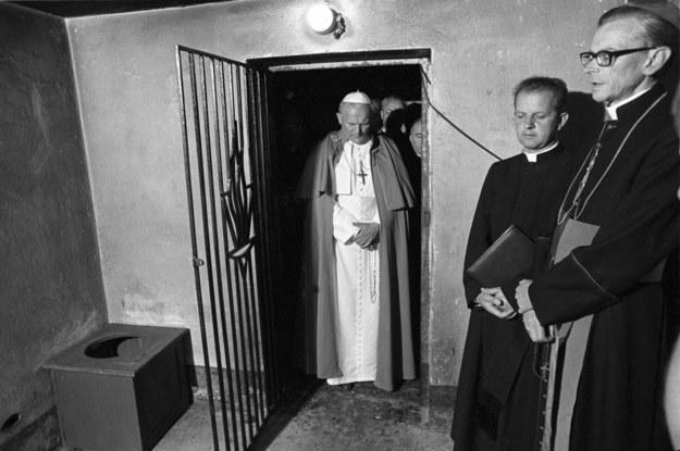 Jan Paweł II w celi bloku nr 11 (Blok Śmierci), w której zginął franciszkanin o. Maksymilian Maria Kolbe /Bogdan Łopieński /PAP