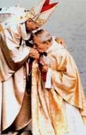 Jan Paweł II w czasie inauguracji swego pontyfikatu odbiera hołd kardynała Stefana Wyszyńskiego /Encyklopedia Internautica