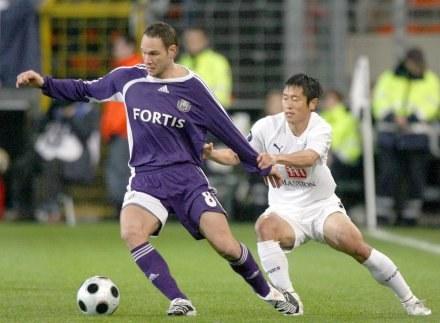Jan Polak i Lee Young-Pyo walczą o piłkę /AFP