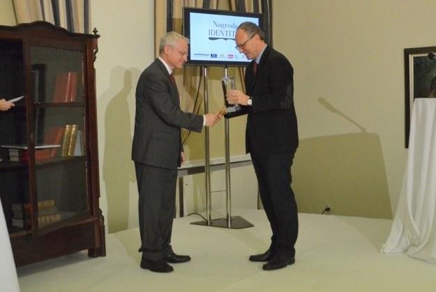 Jan Polkowski otrzymuje nagrodę z rąk red. Pawła Lisickiego (z prawej). Fot. ze strony Fundacji Identitas /Informacja prasowa