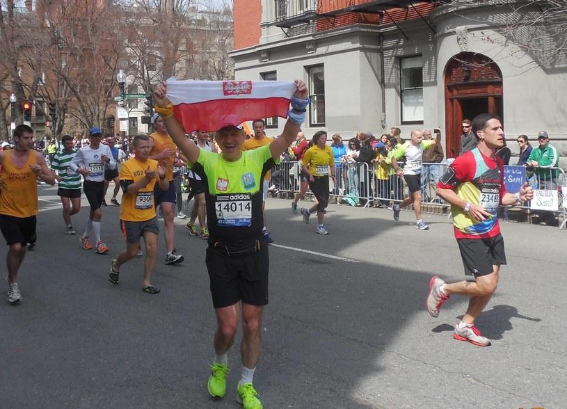 Jan Półzięć ze Strzyżowa na ostatnich metrach Boston Marathonu z polską flagą narodową. /Teresa Śliwińska /INTERIA.PL