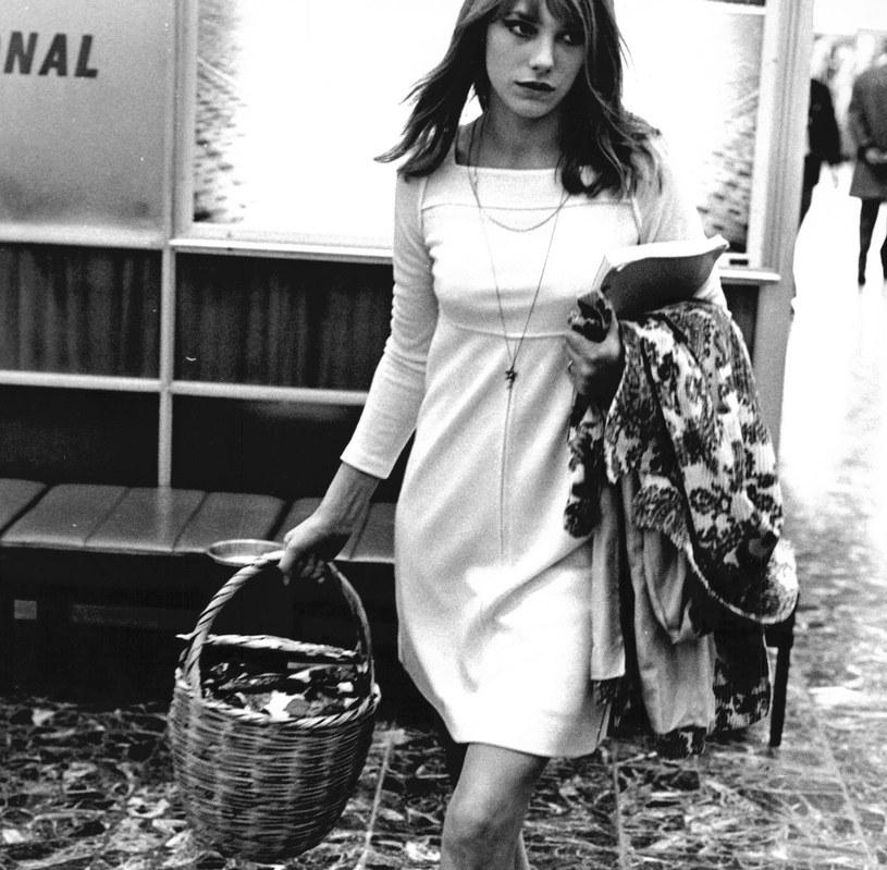 Jane Birkin nosiła wiklinowy zarówno do codziennych, jak i wieczorowych stylizacji /East News