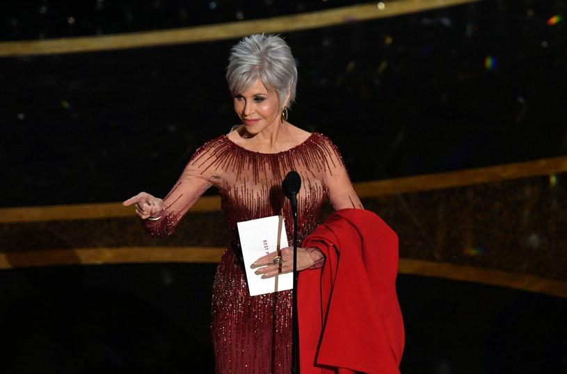 Jane Fonda podczas oscarowej gali zaprezentowała się w stylowej kreacji oraz nowej fryzurze /KEVIN WINTER/Getty AFP/East News /East News