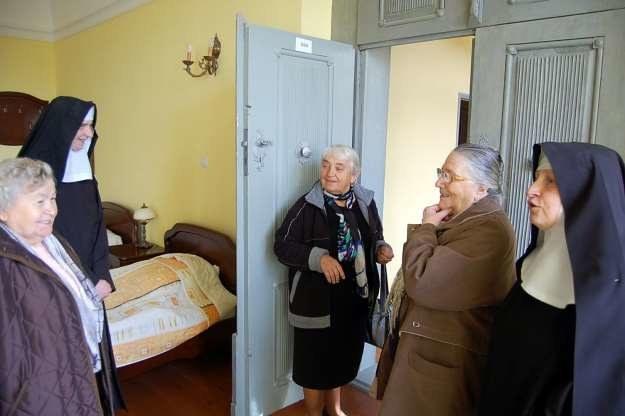 Janina Menich (Leś, w środku w drzwiach ) bezbłędnie wskazała klasztorny pokój krzeszowskiego klasztoru (Umsiedlungslager Nr 119), do którego przeniesiono jej rodzinę z Betlejem. /Fotografie ze zb. autora i sióstr benedyktynek z Krzeszowa /Odkrywca