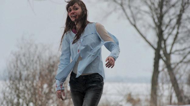 Janka nie będzie w stanie opowiedzieć, co ją spotkało. Poprosi tylko, by policjanci skontaktowali się z Lucjanem Mostowiakiem... /Agencja W. Impact