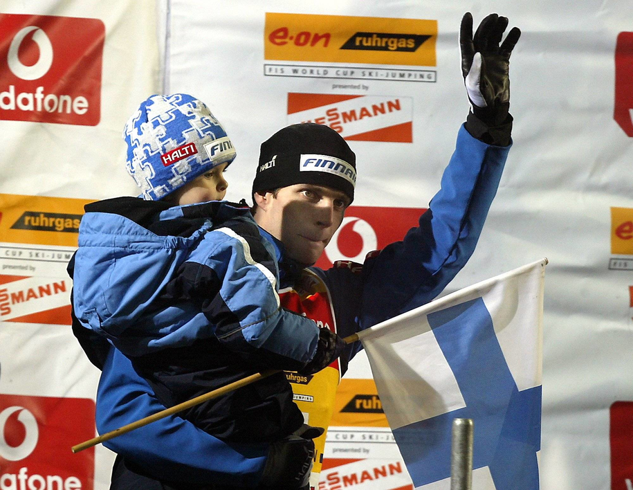 Janne Ahonen z synem na zdj. z 2005 roku /MATTHIAS SCHRADER  /PAP/DPA