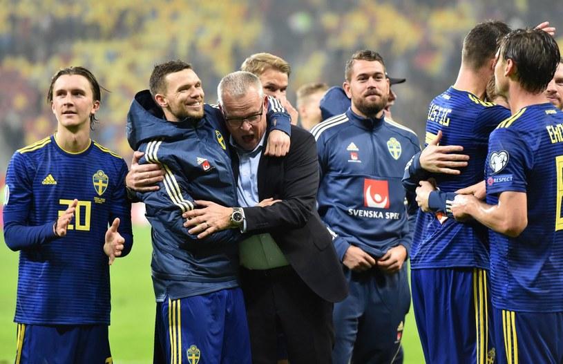 Janne Andersson cieszy się ze swoimi zawodnikami z awansu na ME /AFP