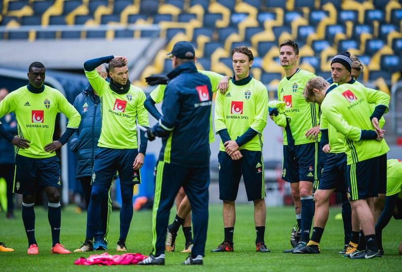 Janne Andersson na treningu z piłkarzami reprezentacji Szwecji /AFP
