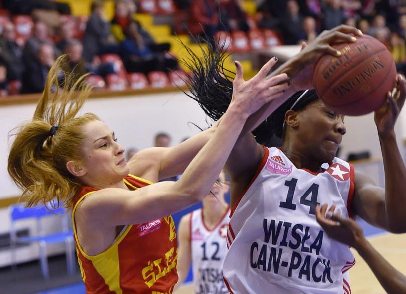 Jantel Lavender (z prawej) z Wisły Can-Pack atakowana przez Agnieszkę Śnieżek /Jacek Bednarczyk /PAP