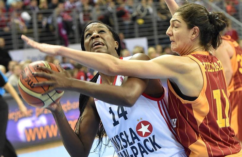 Jantel Lavender z Wisły blokowana przez Nevriye Yilmaz /fot. Jacek Bednarczyk /PAP
