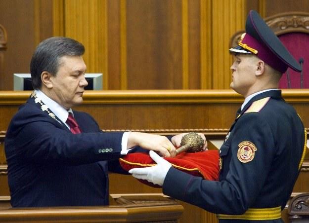 Janukowycz przejmuje buławę - symbol władzy - podczas zaprzysiężenia na prezydenta /AFP