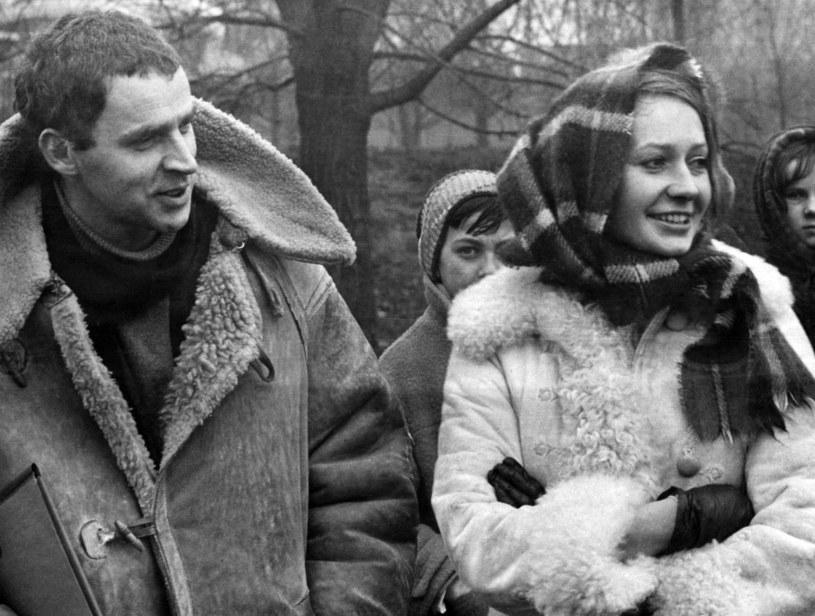 """Janusz Głowacki (L) i Elżbieta Czyżewska (P) na planie filmu """"Wszystko na sprzedaż"""" /LECH ZIELASKOWSKI /Reporter"""