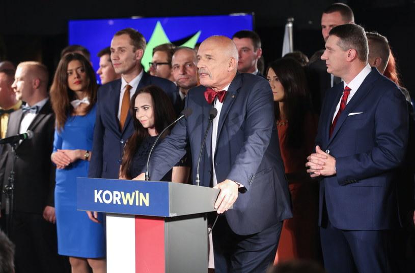 Janusz Korwin-Mikke (C) i Przemysław Wipler (P) podczas wieczoru wyborczego partii KORWiN /Rafał Guz /PAP