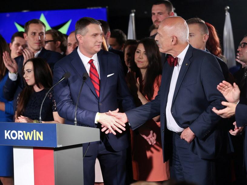 Janusz Korwin-Mikke (P) i Przemysław Wipler (C) podczas wieczoru wyborczego partii KORWiN, 25 bm. w Warszawie /PAP/Rafał Guz /PAP