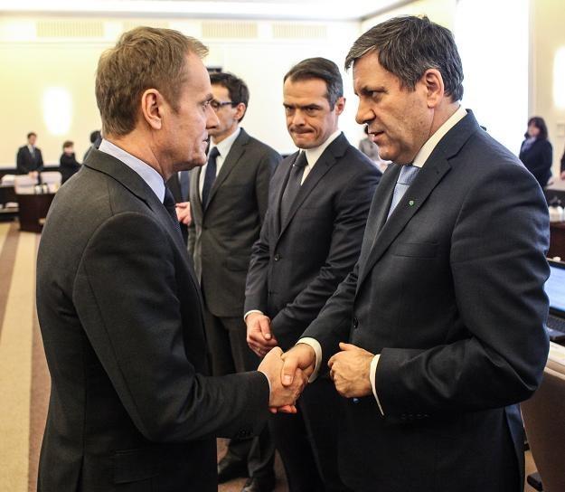 Janusz Piechociński (P) i premier Donald Tusk (L) w czasie posiedzenia rządu /PAP