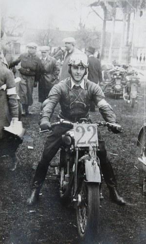 Janusz Żmijewski na kilka minut przed startem do wyścigu w Strudze, w 1935 roku /Archiwum Tomasza Szczerbickiego