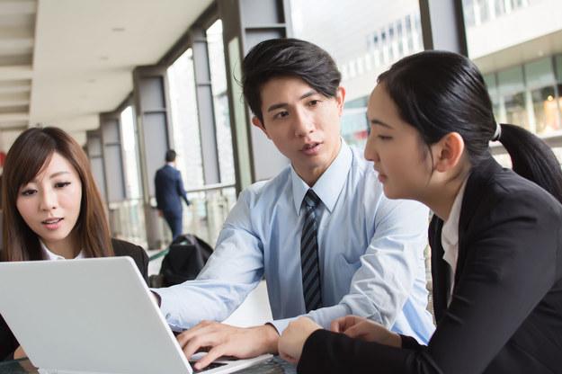 Japończycy chcą walczyć z pracoholizmem /123RF/PICSEL