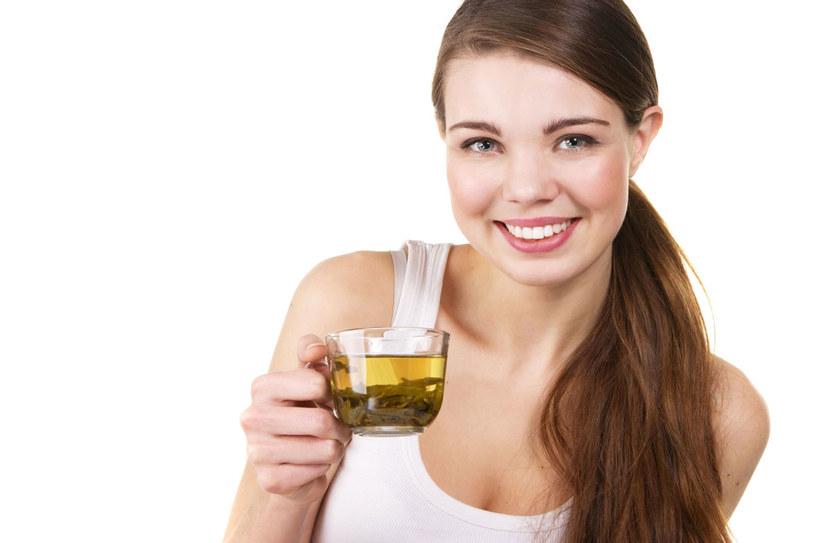 Japończycy uważają, że picie 4-10 filiżanek zielonej herbaty dziennie odmładza skórę a nawet przedłuża życie /123RF/PICSEL