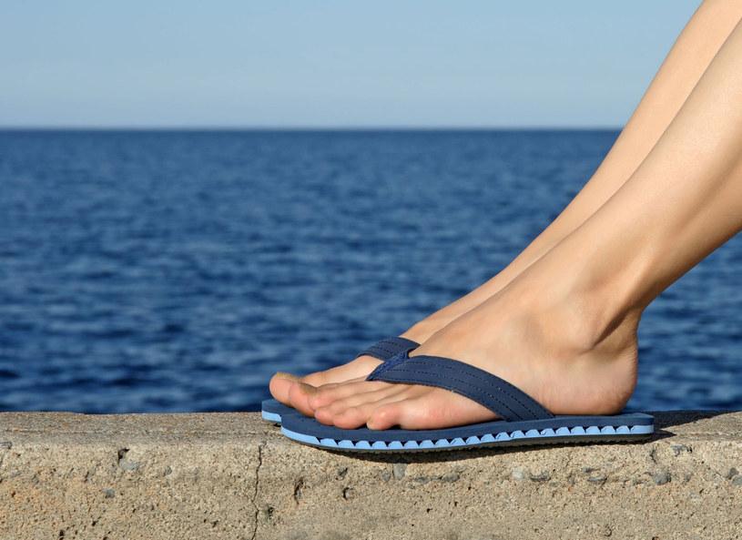 Japonki w tym roku ustępują miejsca haftowanym sandałom z etnicznymi dodatkami /123RF/PICSEL