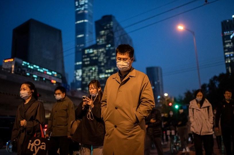 Japońscy naukowcy potwierdzają: Maseczki skutecznie chronią przed koronawirusem /NICOLAS ASFOURI /AFP