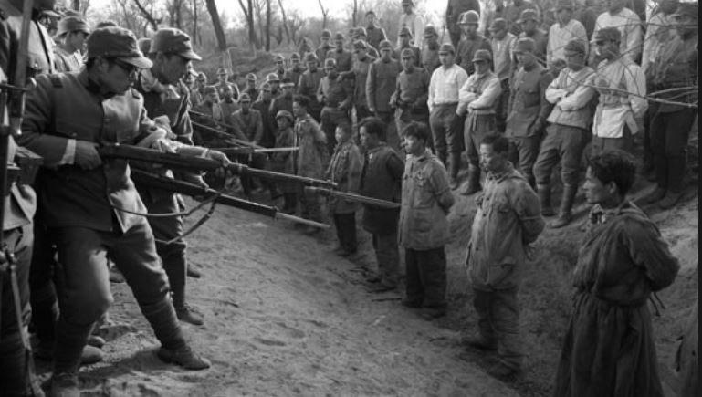 Japońscy żołnierze przygotowują się do egzekucji /INTERIA.PL/materiały prasowe