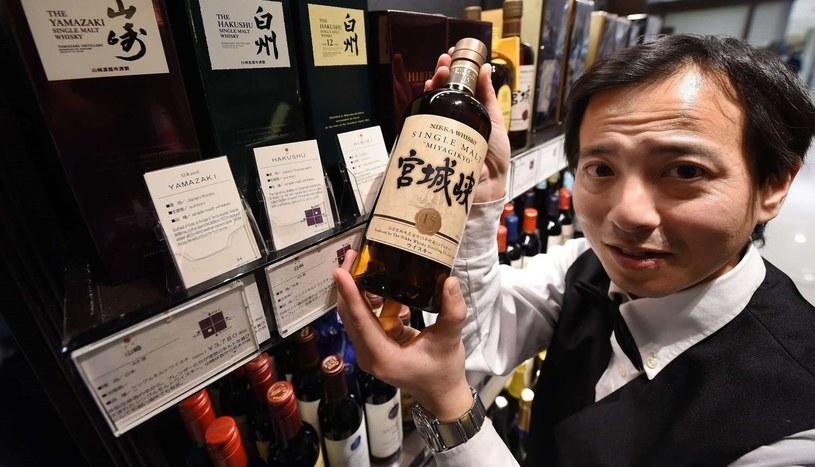 Japońska whisky jest coraz popularniejsza i niezwykle trudna do zdobycia /AFP