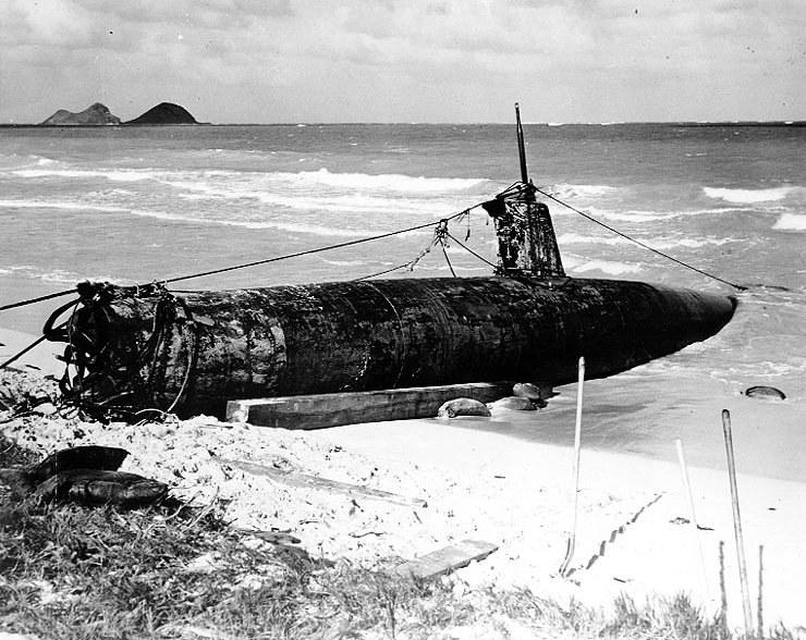 Japoński miniaturowy okręt podwodny typu A wyrzucony na brzeg wyspy Oahu po ataku na Pearl Harbour /materiały prasowe