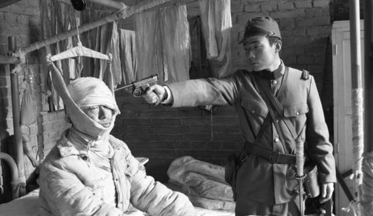Japoński oficer przygotowuje się do egzekucji na pacjencie szpitala /Archiwum Marynarki Wojennej ChRL /INTERIA.PL/materiały prasowe