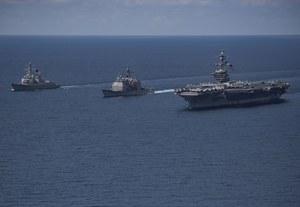 Japońskie niszczyciele płyną w stronę Korei Północnej