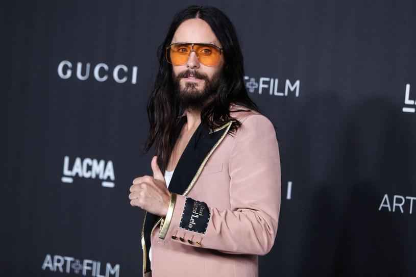 Jared Leto słynie ze swojego upodobania do ekstrawaganckich stylizacji. Na czerwonym dywanie nigdy nie pozostaje niezauważony /ImagePressAgency/face to face/FaceToFace/REPORTER /East News
