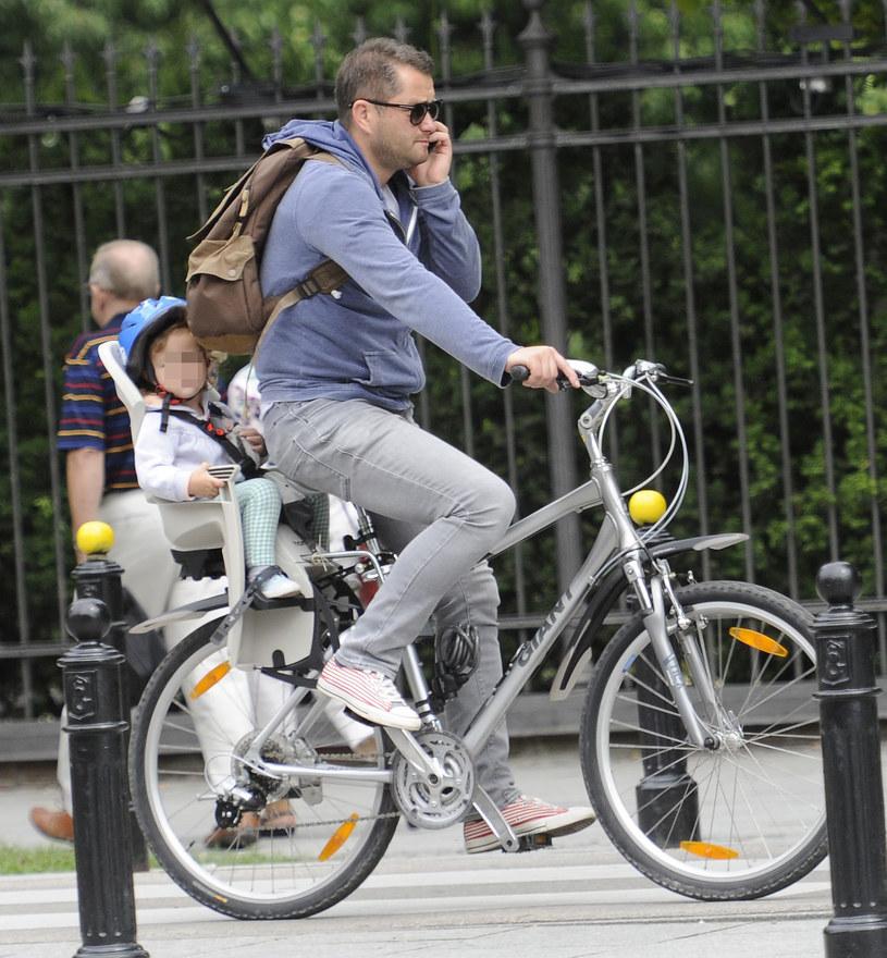 Jarek Kuźniar z córką na rowerze /Foto IP