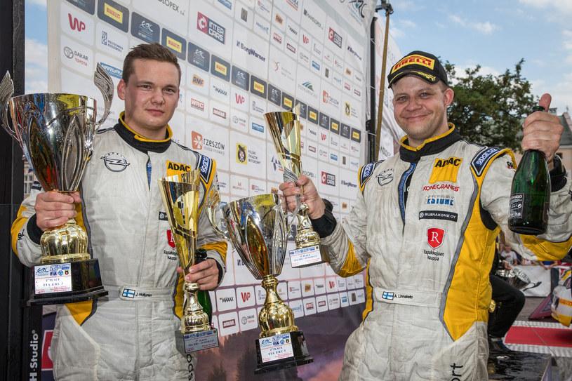 Jari Huttunen (od lewej) i jego pilot Antti Linnaketo wywalczyli fabrycznym ADAM em R2 swoje pierwsze zwycięstwo w Mistrzostwach Europy Juniorów. /