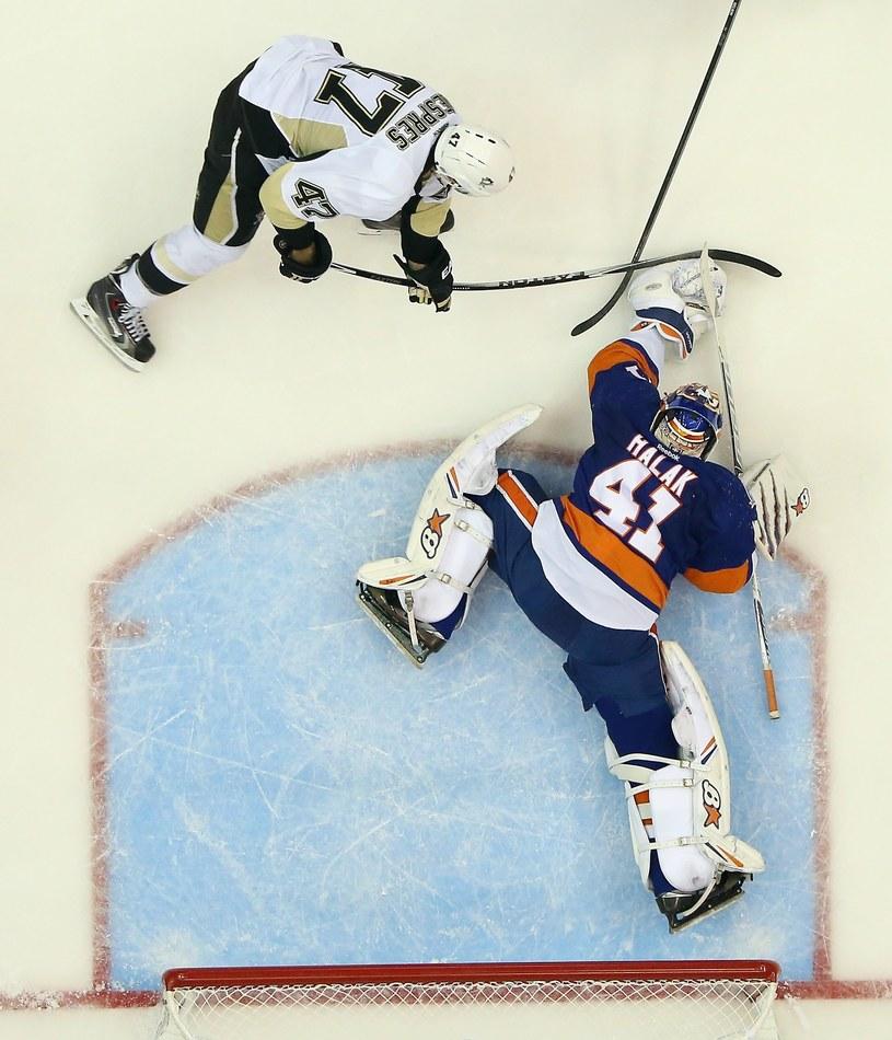 Jaroslav Halak z New York Islanders broni strzał Simona Despresa z Pittsburgh Penguins /AFP