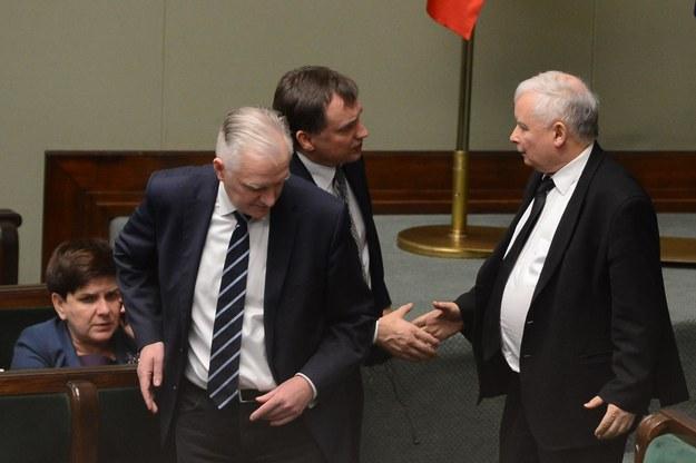 Jarosław Gowin, Zbigniew Ziobro i Jarosław Kaczyński w Sejmie, grudzień 2017 / Jakub Kamiński    /PAP