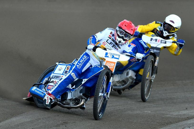 Jarosław Hampel (kask czerwony) /Jakub Kaczmarczyk /PAP