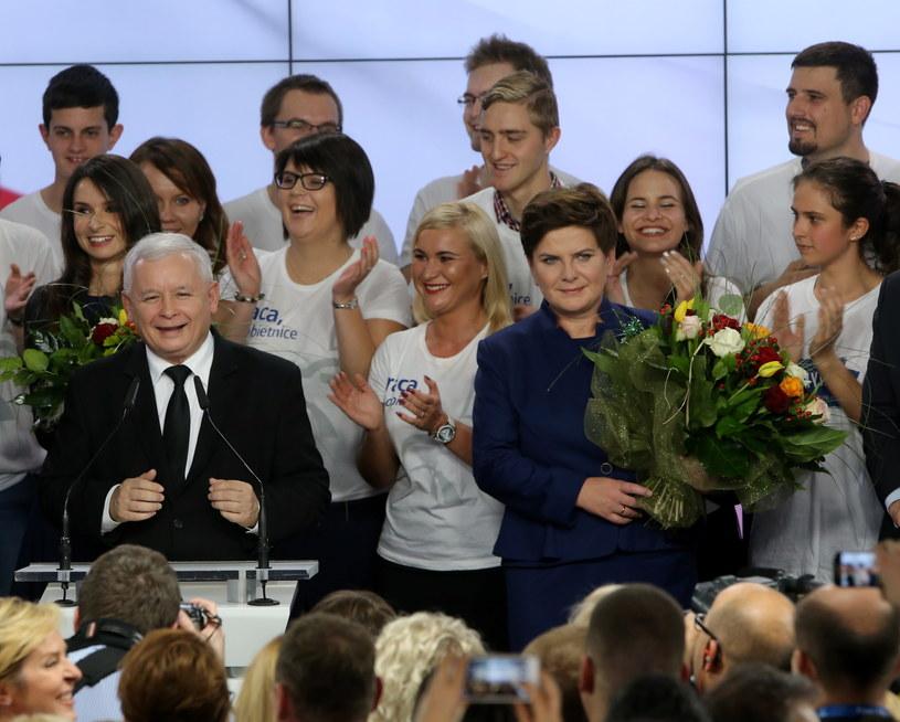 Jarosław Kaczyński (2L) i Marta Kaczyńska (L) oraz wiceprezes PiS, kandydatka na premiera Beata Szydło (3P) podczas wieczoru wyborczego Prawa i Sprawiedliwości /Paweł Supernak /PAP