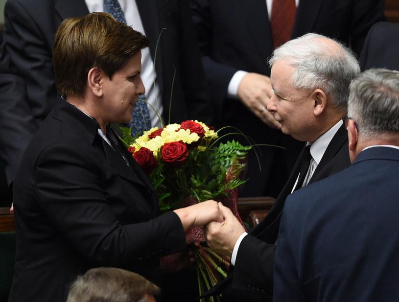 Jarosław Kaczyński gratuluje Beacie Szydło uzyskania wotum zaufania dla rządu /Radek Pietruszka /PAP